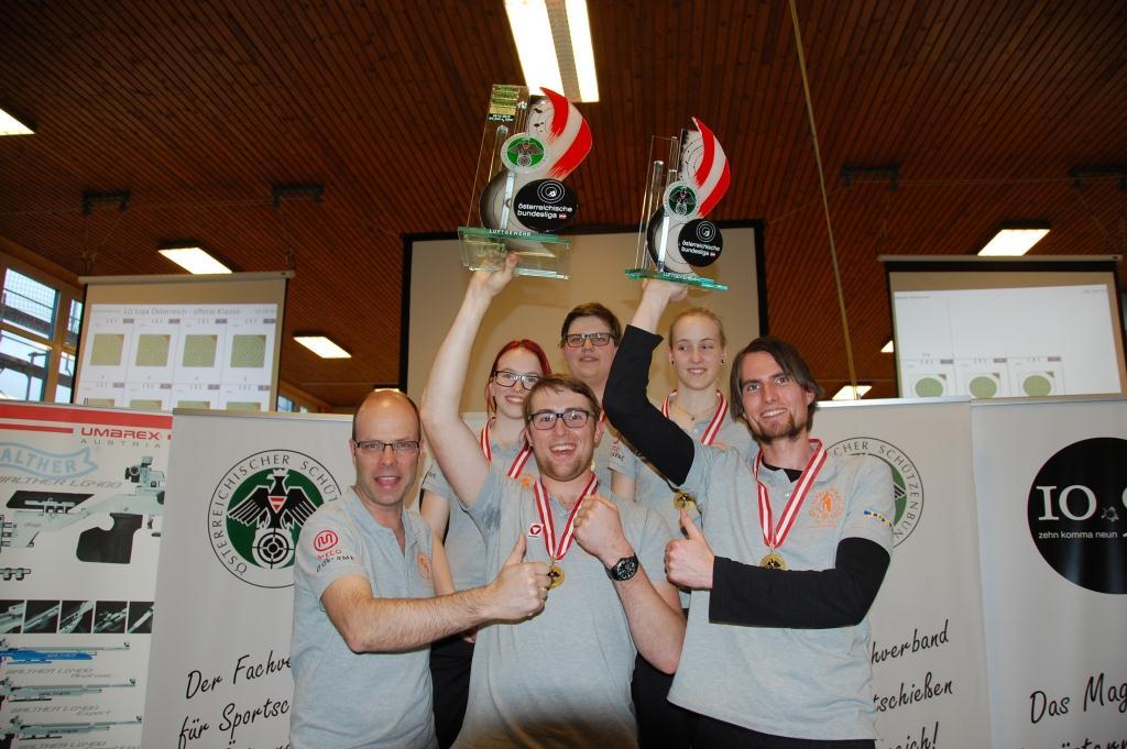DSC_0757 EvaColloselli_Zeller Mannschaftsfoto mit Pokal__komprimiert